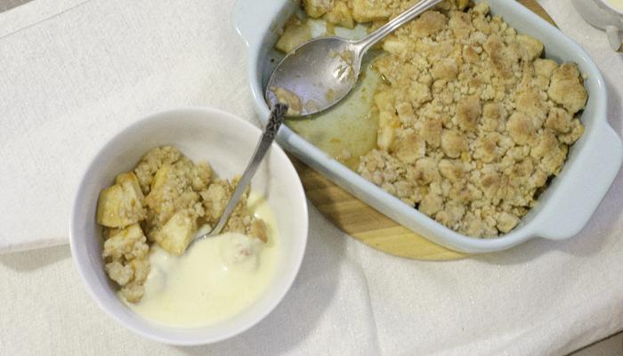 Comfort Food: Snelle appelkruimel met vanillesaus