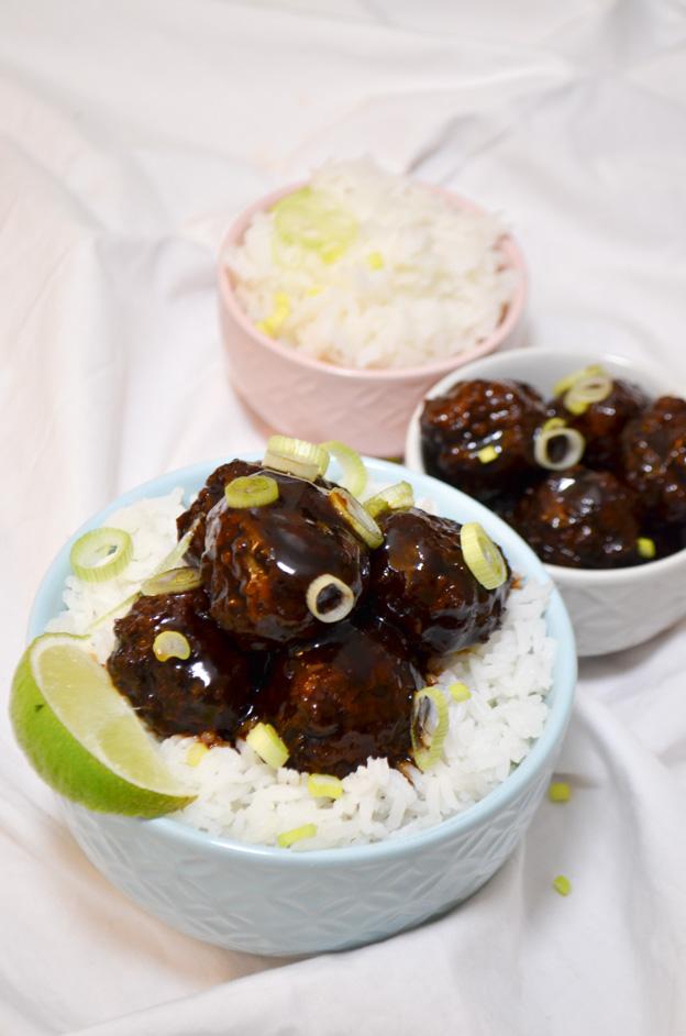 aziatische teriyaki gehaktballetjes met witte rijst
