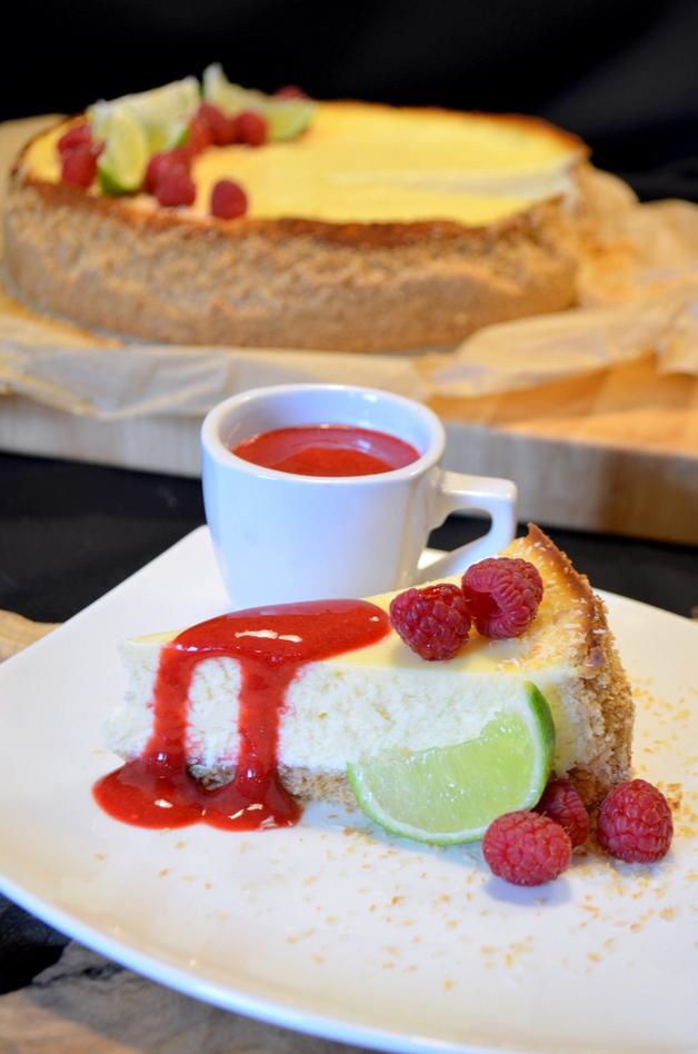 stukje cheesecake met limoen en frambozen