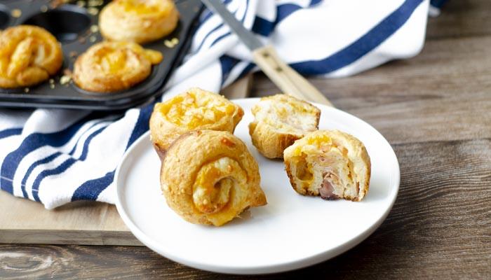 Ronde croissants met kaas en bacon (cruffins)